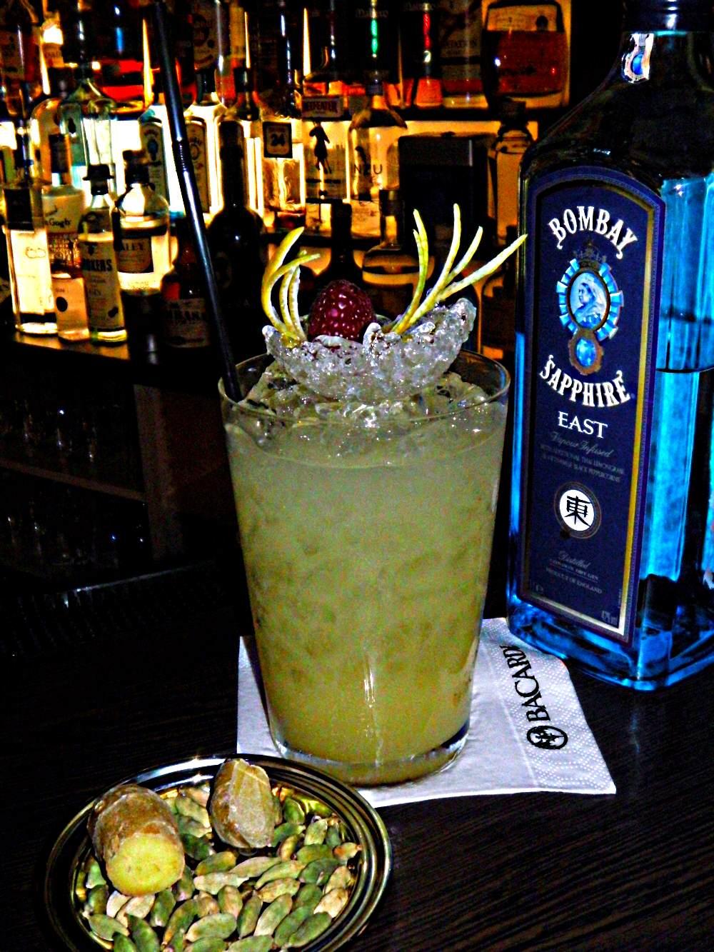 Cocktail mit Birne und Kardamom